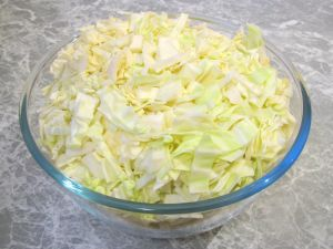 gestoofde-witte-kool-met-gehakt-en-appelsien3.jpg (300×225) Roerbak witte kool Kook de witte kool voor ca. 5-10 minuten koken (totdat knapperige er af is) Daarna bakken samen met uitjes, daarna gehakt toevoegen