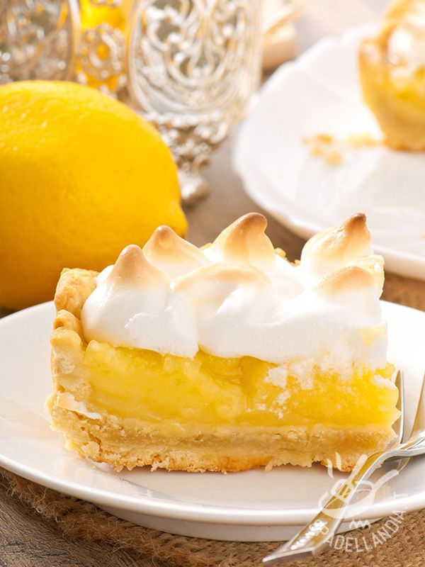 Lemon cake and meringue - La Torta al limone e meringata: friabile pasta brisée, farcita con una frizzante crema al limone e impreziosita da una dolce meringa.