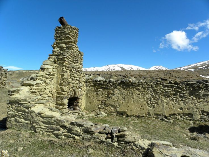 Bill ✔️ Remains of old gold settlement, Central Otago, New Zealand Bill Gibson-Patmore. (curation & caption: @BillGP). Bill✔️