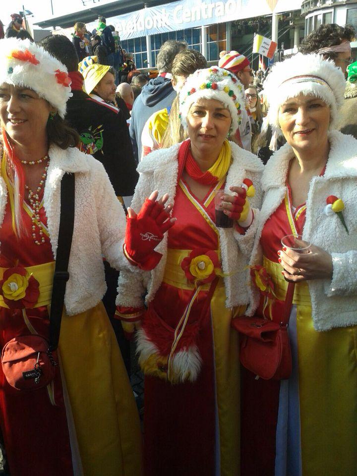 Ja het is zover!!! De jurkjes zijn aangetrokken!! Het feest mag beginnen voor deze drie zusjes!!! :))