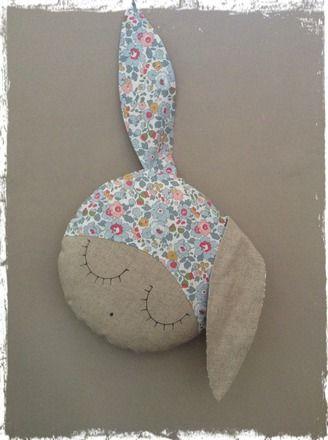 A poser sur un fauteuil,un lit ou en décoration sur une étagère,ce coussin rond en forme de lapin.Ce coussin est réalisé en lin teinte naturel et en superbe tissu liberty Bets - 10753433