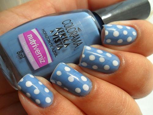 Unhas azuis com poá branco