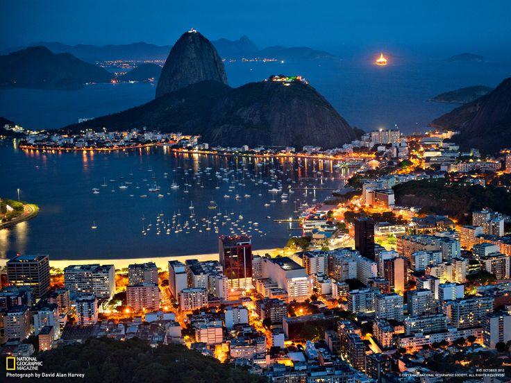 Rio de Janeiro by Daniel Alho / Do alto do morro do Corcovado, uma visão noturna da cidade, com o morro da Urca e Pão de Açúcar ao fundo.