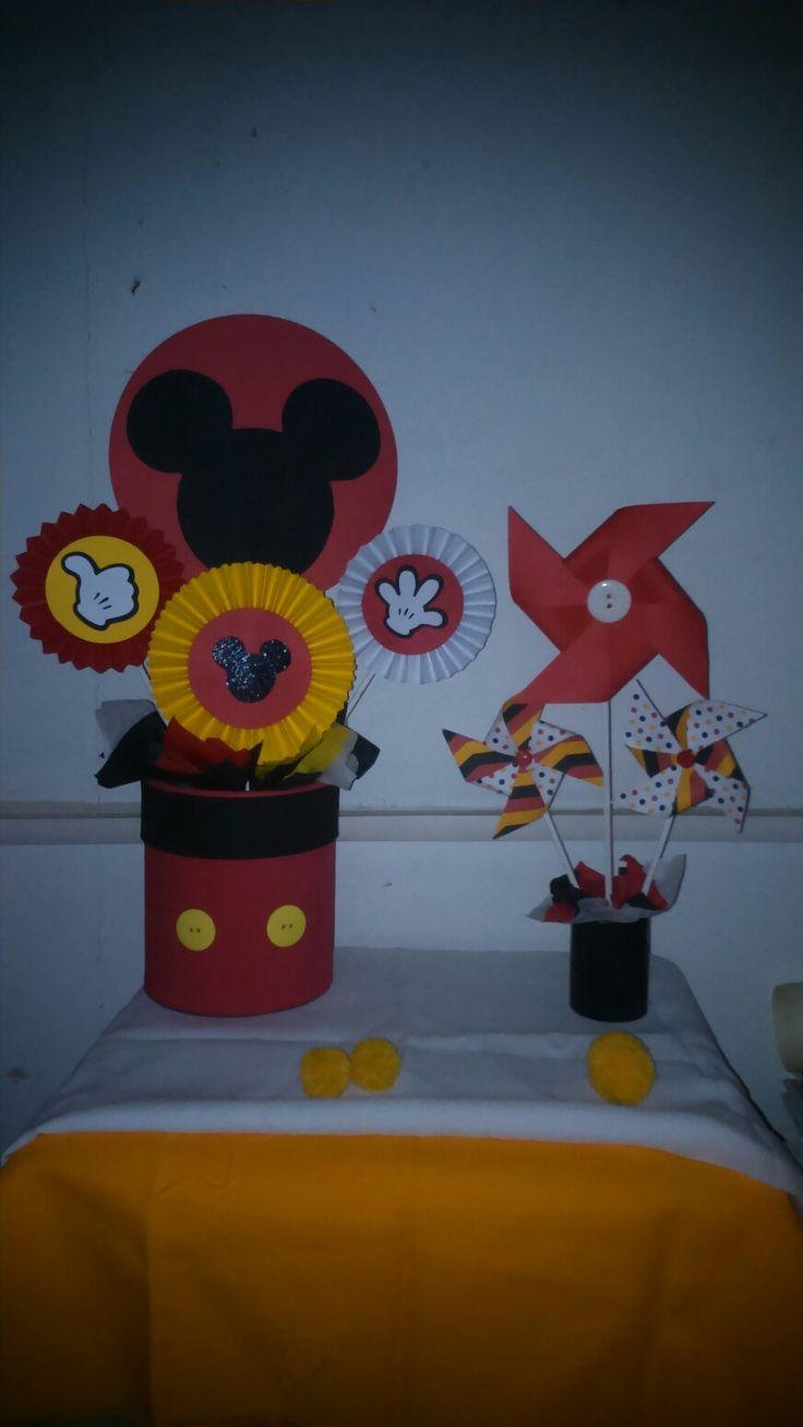 Arreglos de rosetones y molinillos de papel con motivo de Mickey. Para mesa de dulces