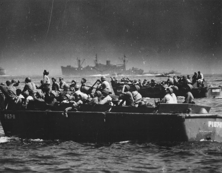 Американские солдаты наблюдают за воздушным боем с десантных катеров во время высадки в заливе Лейте