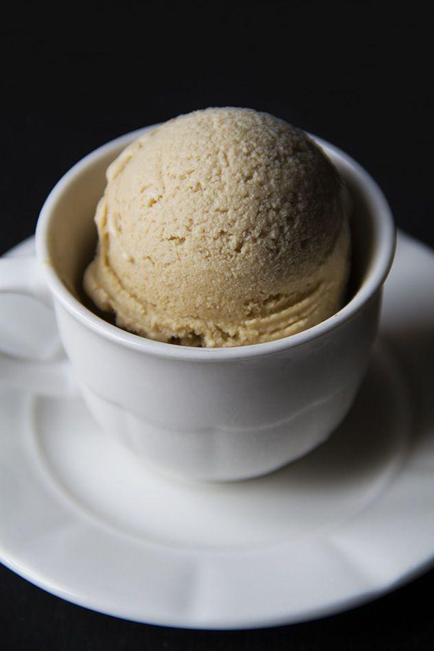 Il gelato al caffè e ricotta si può preparare con o senza gelatiera. In entrambi i casi sarà molto cremoso e ottimo al posto del tanto amato caffè bollente.
