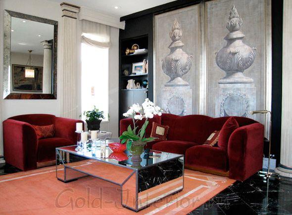 На фотографии - в интерьере гостиной бордовый диван и кресло