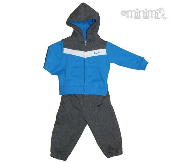 Nike survêtement Capuche YA76 pour bébé - Gris, bleu et blanc Le survêtement Nike pour Bébé (3-36 mois) comprend une veste à capuche douce au toucher ainsi qu'un pantalon confortable pour maintenir la chaleur de haut en bas. #Nike #Survetement #Ensemble #YA76 #kids #hipe #fashion #enfant #swagg #swag #jogging