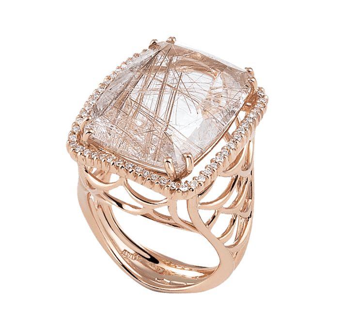 Золотое кольцо с драгоценными камнями из эксклюзивной коллекции. Названии линии ювелирных изделий — «Sogno», что в переводе с итальянского — «сон». Это красивое сновидение, в котором Вы — настоящая королева. Предлагаем к этому изделию серьги из этой же коллекции.