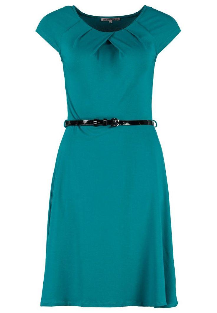 Nette jurk voor – bijvoorbeeld - een presentatie. Vervang het zwarte ceintuurtje voor een bruine. Het liefst in dezelfde kleur als je schoenen. Een mooie bronskleurige armband maakt de outfit af.