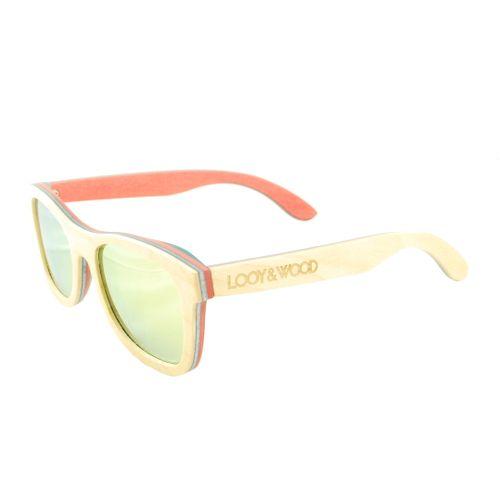 Op zoek naar een opvallende zonnebril? Check! Onze houten zonnebril Teide is een echte wannahave. De combinatie van het 4-laagse gekleurde Skateboard hout met de spiegelende gele glazen, maken deze handgemaakte houten zonnebril tot een unieke en opvallende verschijning. Hieraan toevoegend dat de bril beschikt over kwalitatief zeer goede glazen, maken deze bril tot een aankoop waar je geen spijt van zal hebben.