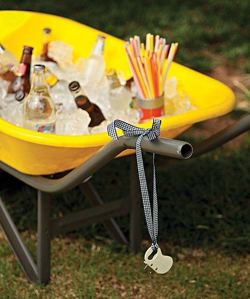 O carrinho de mão é um jeito prático e divertido de levar as bebidas. Com gelo, ele vira um cooler perfeito para reuniões ao ar livre. Não esqueça os canudos e o abridor de garrafas