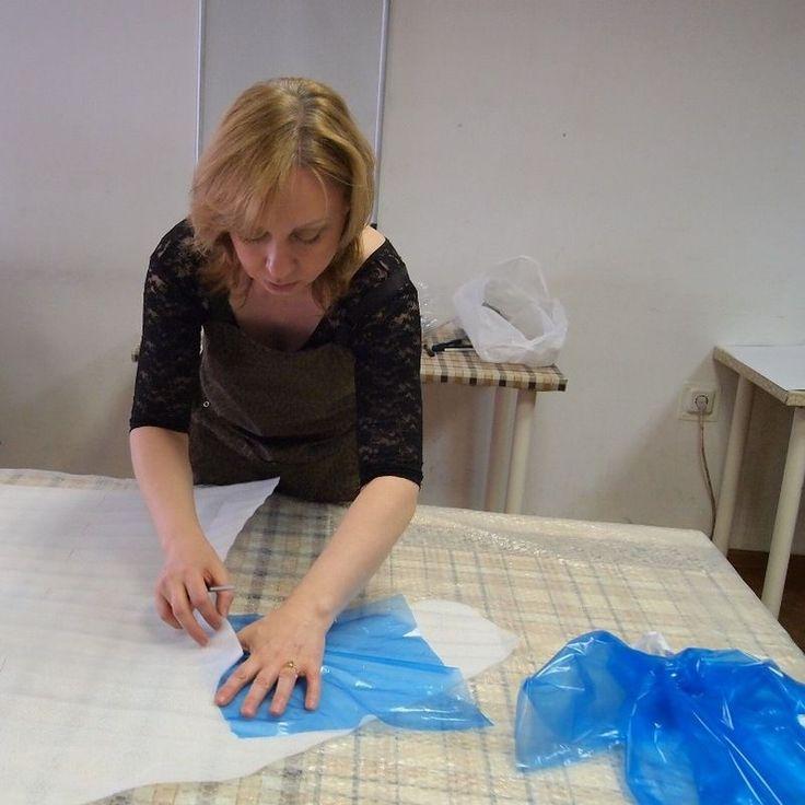 Лара Соболева . С этим мастером мы познакомились почти два года назад, когда Лара впервые пришла к нам на посиделки в Шкатулочку в красивом бирюзовом платье. Многие тогда обратили внимание на хорошую посадку её работ. Лара Соболева более 20 лет занимается текстилем и одеждой, художник по образованию, член Московского союза Художников. На посиделках Лара пообещала поделиться своими наработками и…