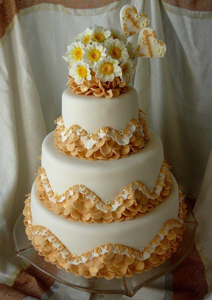 Свадебный торт с ромашками и рюшами