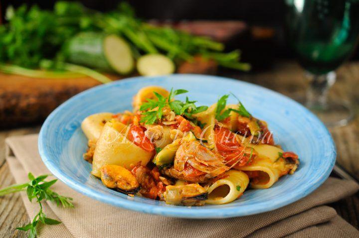 Calamarata ai frutti di mare, primo piatto facile per un menu a base di pesce ottimo piatto estivo, leggero e saporito con cozze, vongole, gamberi e gamberoni