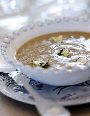 Recette Velouté de châtaignes à la poire et au bleu : Faites revenir dans le beurre les châtaignes, les poires coupées en dés, l'oignon et l'ail pelés et hachés pendant 5 mn. Ajoutez le lait et le cube de bouillon, salez, portez à ébullition, laissez cuire sur feu doux et à couvert ...