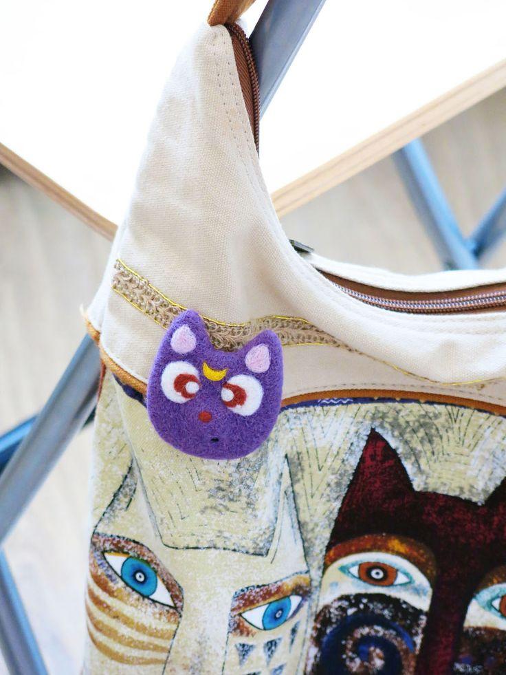Купить Брошь валяная, Кошка Луна (украшение из шерсти) - брошь валяная, брошь, значок, луна