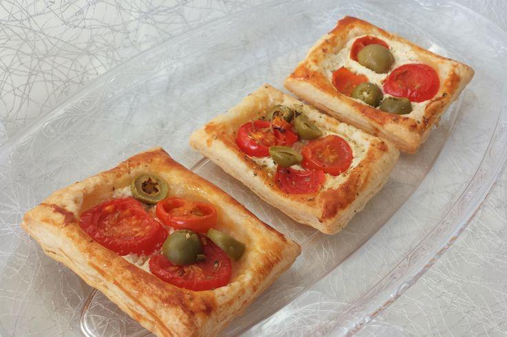 Pizzette di sfoglia con Philadelphia, olive, pomodorini e origano