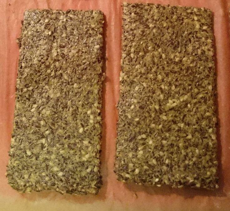 Low Carb Knäckebrot 4-5 EL geschroteten Leinsamen 1 Ei Salz Gewürze oder andere Körner und Samen Wasser  eine Schüssel und einen Löffel Die Z utaten werden in einer Schüssel gut verrührt bis eine gleichmäßige Masse entsteht. Wenn die Masse zu fest ist gebt ihr etwas Wasser hinzu. Nun lasst ihr die Masse einige Minuten lang quellen. Es entsteht eine breiige Konsistenz. Die Leinsamenmischung verteilt ihr nun auf einem mit Backpapier ausgelegtem Backblech und streicht den Teig dünn aus. Im…