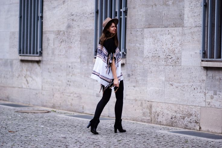 #modeblog #fashionblog #whaelse #inspiration #outfit #fashion #streetstyle #howtowear #poncho #fringes #beigehat #blackboots #blackjeans