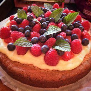 Krokante amandel frangipane taart met verse vruchten