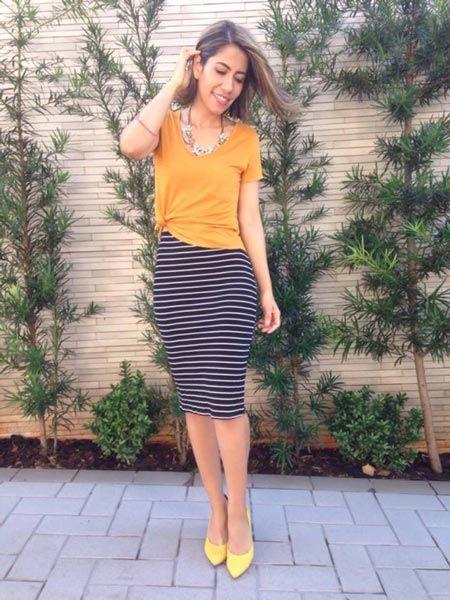 Saia lápis listrada + blusa mostarda + scarpin amarelo