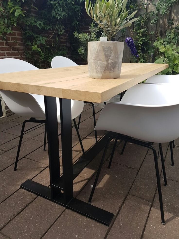Tafel met middenpoot. Eiken tafel met zwarte stalen framd. Via Lijnm.com