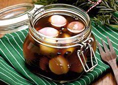 Hjemmelavede syltede skalotteløg i et fint glas kan gives væk som værtindegave til julens sammenkomster.