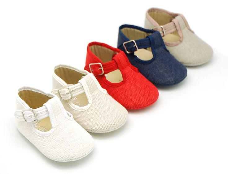 Tienda online de calzado infantil Okaaspain. Zapato tipo pepito con velcro y hebilla para bebés en lino para vestir. Diseño y Calidad al mejor precio hecho en España. Envíos gratis en 24,48 horas laborables.