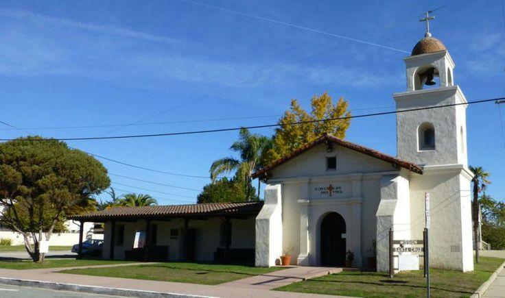 Misión Santa Cruz. En 1769, el explorador español Gaspar de Portolá se encontraba viajando a Monterrey, pero acabó recalando accidentalmente en el lado opuesto de la bahía. (los Awaswas y los Ohlones).En lo que es hoy en día la zona este de Santa Cruz, Alberní fundó la ciudad de Villa Branciforte, en honor al virrey. Unos años más adelante, Villa Branciforte y la Misión de Santa Cruz se unificaron y pasaron a formar la actual Santa Cruz.