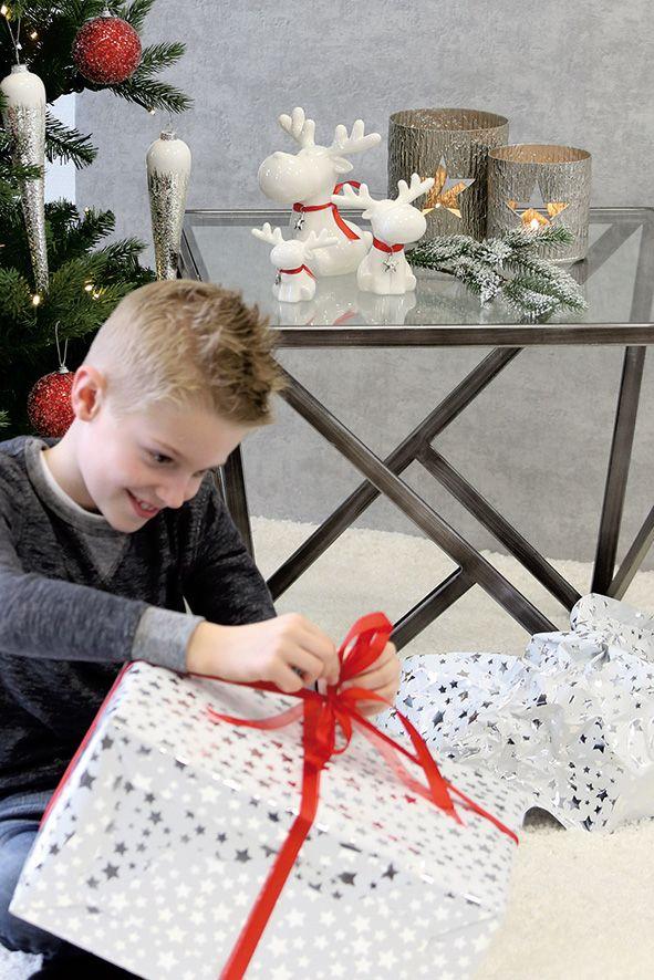 weihnachtliche Dekoration in rot weiß silber