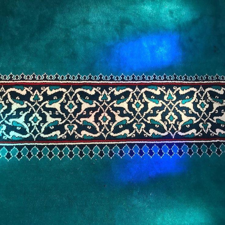 Tag der offenen Moschee. ____________________________________________________ #tagderoffenenmoschee #berlin #mosque #moschee #sehitlik #columbiadamm #openmosque #islam #dritteroktober #architecture #archilovers #religiousarchitecture #islamicarchitecture #architektur #architecturephotography #teppich #carpet #sunlight #bluelight #muster
