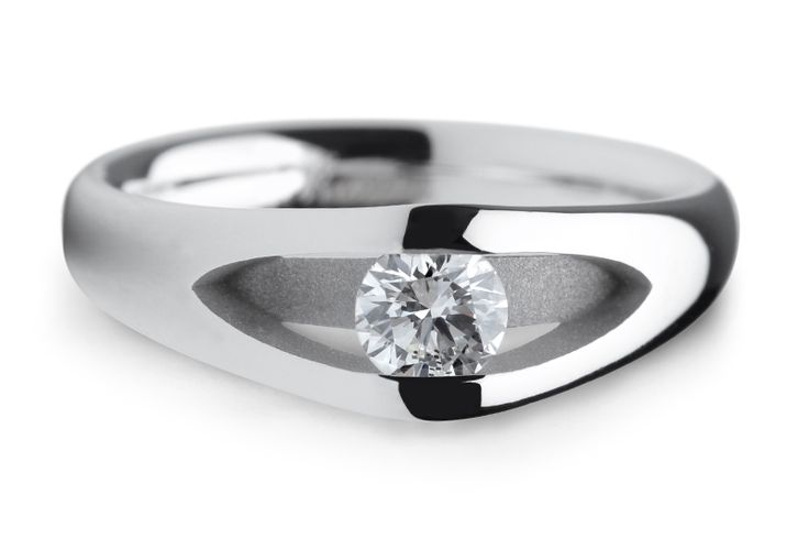 Een strakke verlovingsring met ronde vormen. De scheen van deze ring splijt in tweeën waardoor er ruimte ontstaat voor de diamant. De diamant zweeft tussen deze twee banen. Vanaf de zijkant is de diamant zo prachtig zichtbaar. De verlovingsring Rome is uit te voeren met een diamant formaat naar keuze.