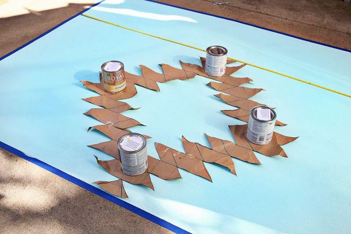 Pintando alfombra sobre suelo de cemento