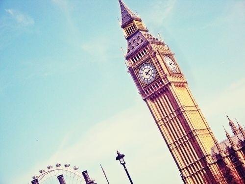 Misschien wel het bekendste bouwwerk van Londen is de Elizabeth Tower, die tot 2012 Clock Tower heette. Deze kloktoren is onderdeel van het Palace of Westminster. In de kloktoren bevindt zich de Big Ben, de bekendste klok ter wereld. Veel toeristen denken overigens dat de naam van de toren zelf Big Ben is. De plattegronden op straat zorgen mogelijk voor nog meer verwarring, omdat ook daarop de naam Big Ben weergeven staat.