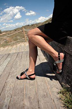 sandalia plana negra estampado serpiente , con borlas, cómoda y sujeta. https://mecalzobien.es/producto/sandalia-negra-plana-de-giuseppo/