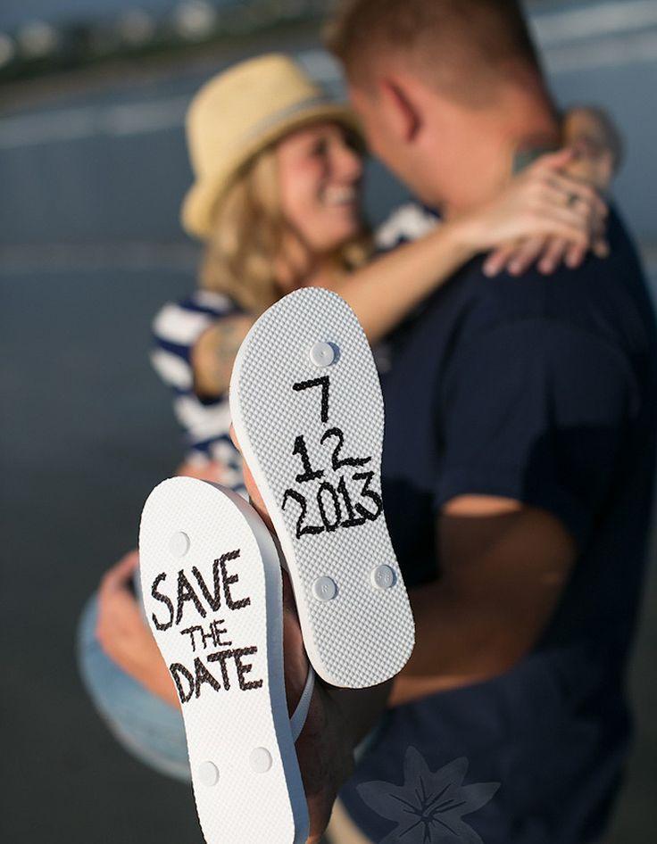 C'est au bord de la mer que ce jeune couple a décidé d'annoncer son mariage. L'homme porte sa fiancée, et sur les semelles de chaussures de plage de la...