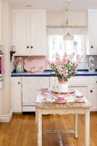 tavolo-rosa-legno-decapato