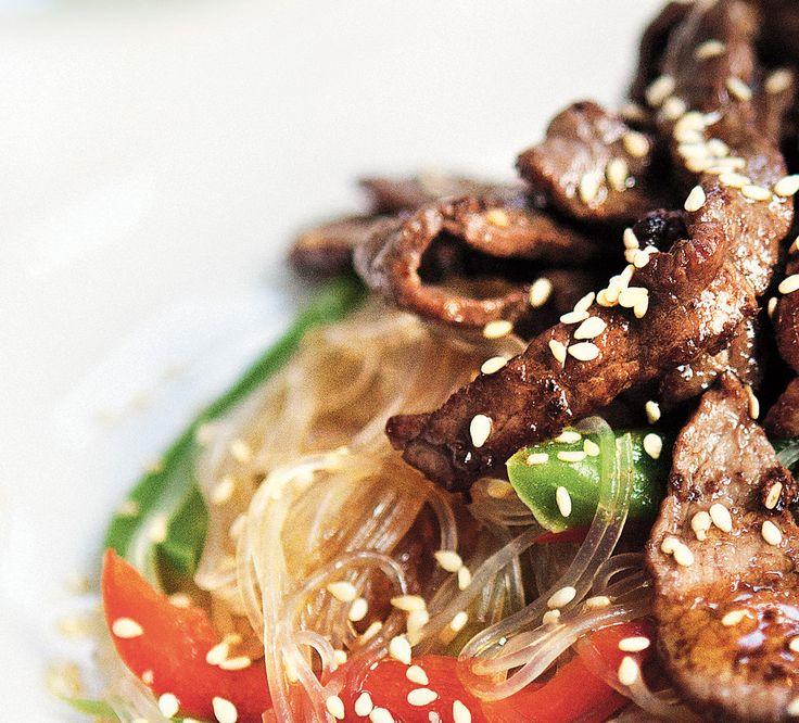 Asiatisk glasnudelsallad med strimlad lövbiff. Byt gärna ut lövbiffen mot räkor eller kyckling för att variera rätten.