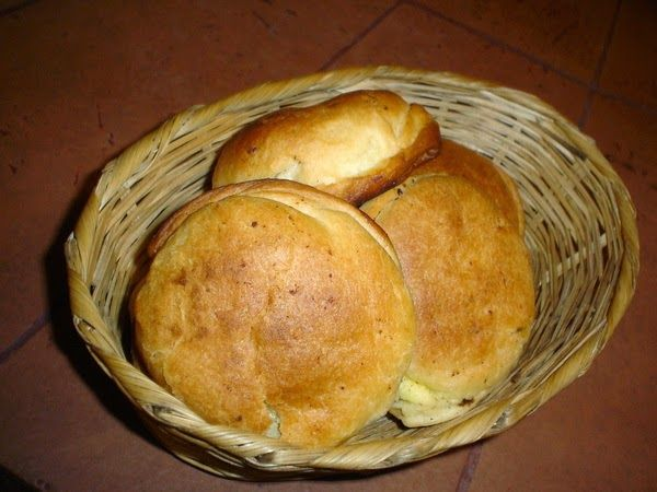 Ingredientes Masa: 3 Tazas de harina de trigo cernidas 2 Cucharas de manteca 3 Cucharillas de polvo de hornear 4 Huevos 1/2 Cucharilla d...