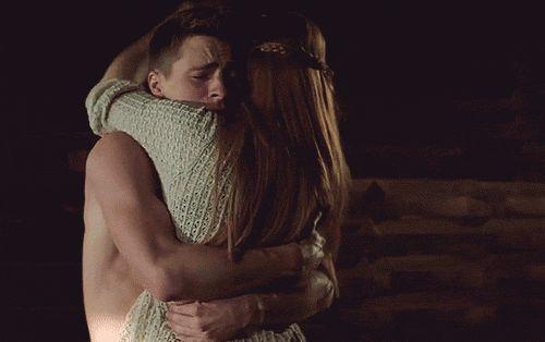 """""""E abbracciami, ti prego. Abbracciami e fammi sentire che tu ci sei. Che non te ne vai, che resti."""""""