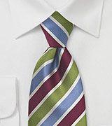 Deze rijkelijk bewerkte stropdas combineert een modieus design met dat van de traditionele kunst wat betreft stropdassen in het algemeen.