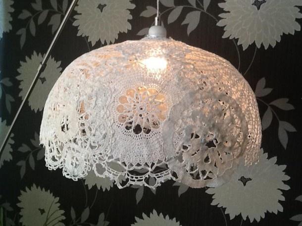 Inspirerend   Lampenkap van oude gehaakte doekjes: deze is op de vorm van een oude lampenkap gemaakt (met huishoudfolie ertussen), eerst de doekjes drenken in stevige behanglijm. Door joseescchuurmans