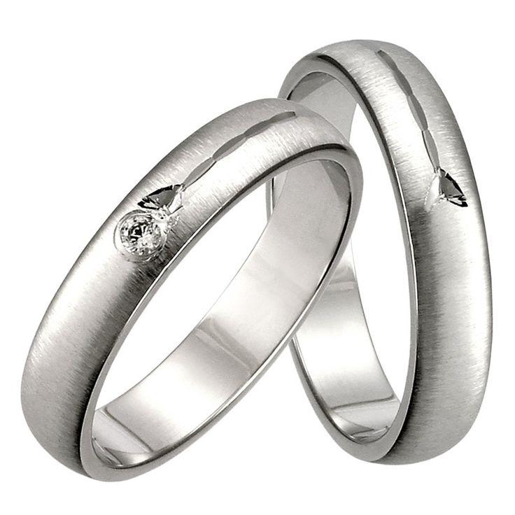 Klasické zlaté snubní prsteny z bílého zlata, které můžete mít na přání i ve žlutém, případně červeném zlatě. Dámský prsten je osazený 2 mm kamenem. Jen na Vás je zda zvolíte zirkon či briliant Si. Prsteny jsou ve 4 mm šířce. Povrch je matný, ale na Vaše přání povrch snadno změníme na lesklý.