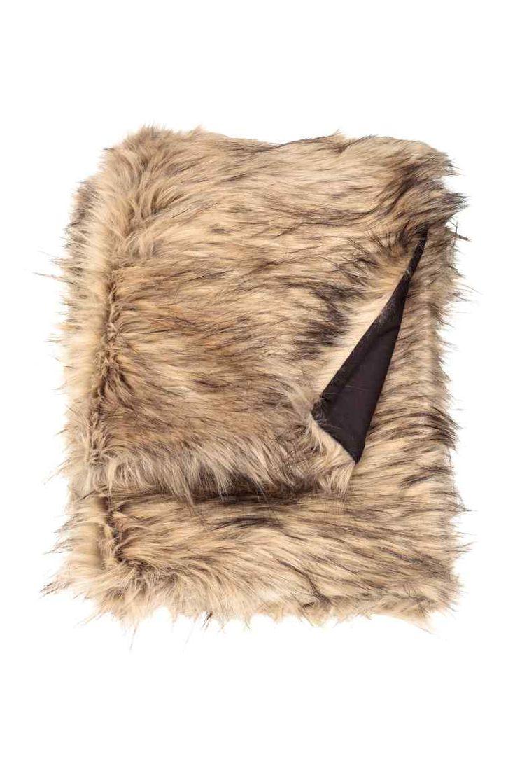 Couverture: Couverture en fausse fourrure avec dos en coton tissé.