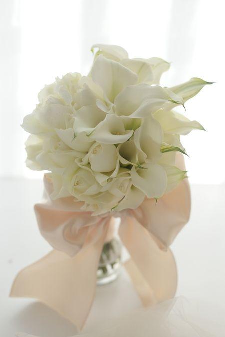 とてもお花がお好きなお母様と、モデルさんみたいな美男美女の新郎新婦様、3人でお打合せにいらっしゃいました。カラーとバラの花だけで、白だけで、大きなリボンを...
