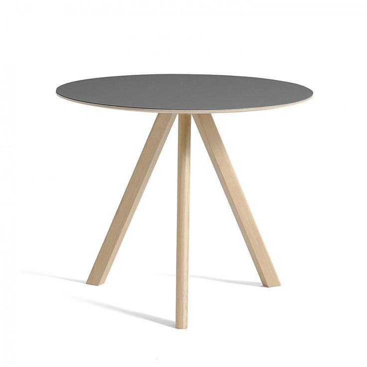 CPH20, runt matbord ur kollektionen Copenhague från HAY. Underredet är tillverkat av massiv ek och går att få i fyra olika ytbehandlingar. Välj mellan flera olika utföranden på bordsskivan. CPH20 finns även som sidobord – CPH20 Coffee Table.Copenhague är en serie möbler formgivna av designduon Ronan och Erwan Bouroullec för danska HAY avsedda för Köpenhamns nyligen renoverade universtitet. Utgångspunkten för denna kollektion är stolen Copenhague som är baserad på en gammal universitetsstol…