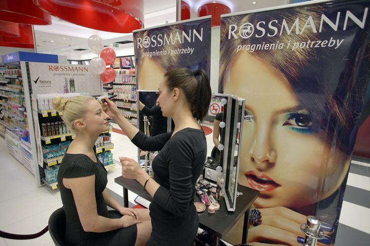 Podczas otwarcia drogerii chętne osoby miały wykonywany profesjonalny makijaż.