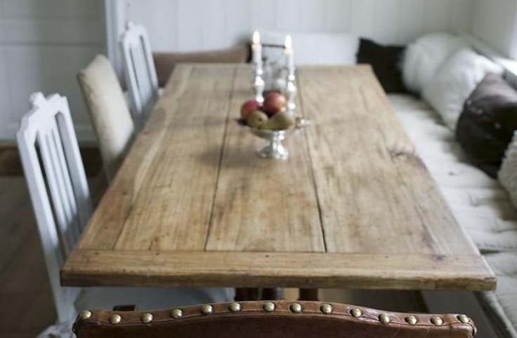 platsbyggd hörnsoffa och rustikt bord, Kvänum Kök.