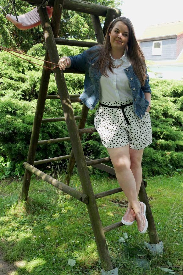 Zizzi Shorts gepunktet polka dots Longbluse weiß Jeansjacke   Plus Size Fashion Outfit